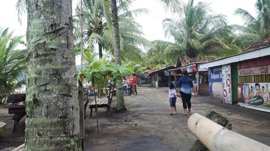 Dokumen @Cupunoted : Warung semi permanen yang menghasi tepian Pantai Konang -- Panggul -- Trenggalek, 29 Desember 2014