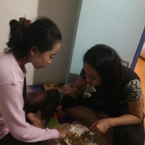 INI mereka berdua, Sandra dan Dina, pas abis belajar makannya rakus